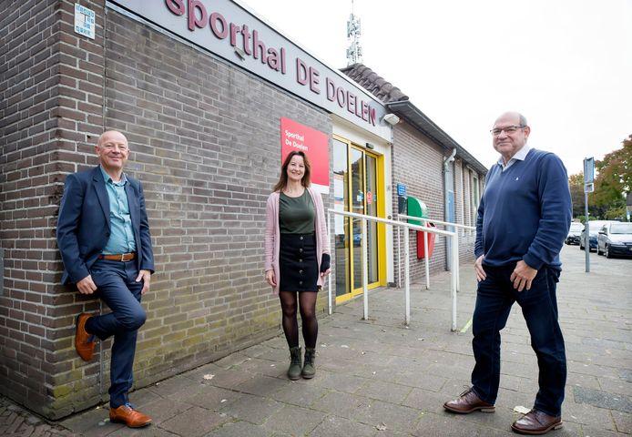 Krijgt Princenhage een nieuwe sporthal ter vervanging van de verouderde De Doelen? Als het aan Ben de Ridder (l), Annette Pieters en Twan Janssen ligt liefst zo snel mogelijk.
