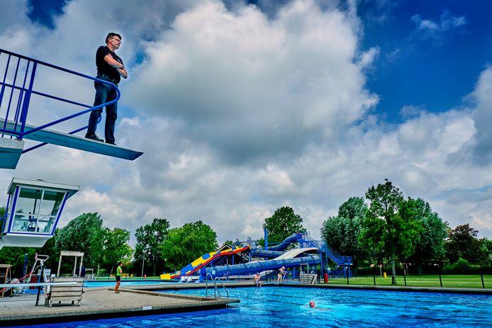 Parkmanager Peter van Heijningen kijkt uit over een deel van zijn werkterrein: het zwembad van Recreatieoord Binnenmaas