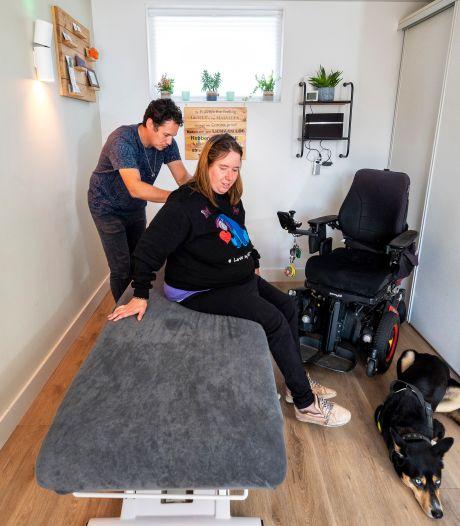 Vanuit de rolstoel op de massagetafel in Elst; 'Het is toch van de zotte dat je nergens terechtkunt'