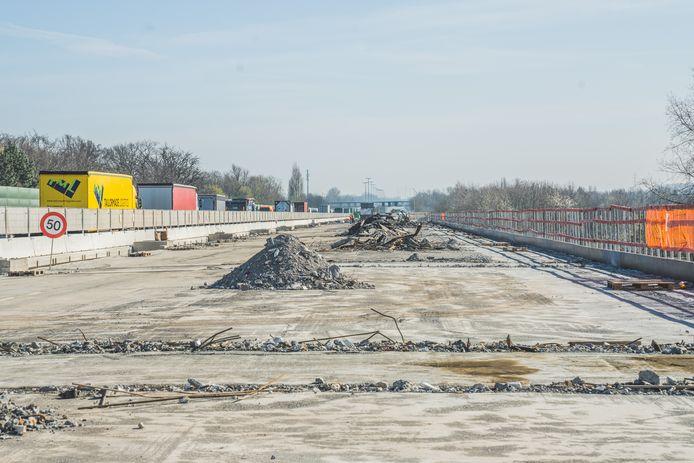 De herstelling van het wegdek op het E17-viaduct mag gerust grondig genoemd worden.