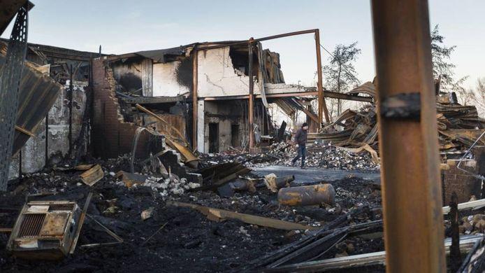 De brand die in de nacht van zaterdag op zondag in een loods aan de Edisonstraat woedde, liet een ravage na.