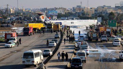 Iraans passagiersvliegtuig verliest landingsgestel en komt op autobaan terecht