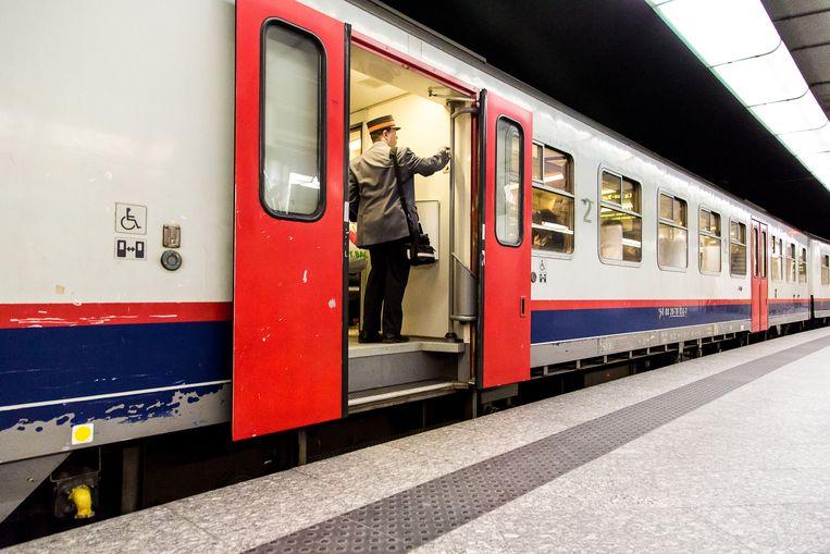 Een treinbegeleider in Brussel-Centraal. Beeld BELGA