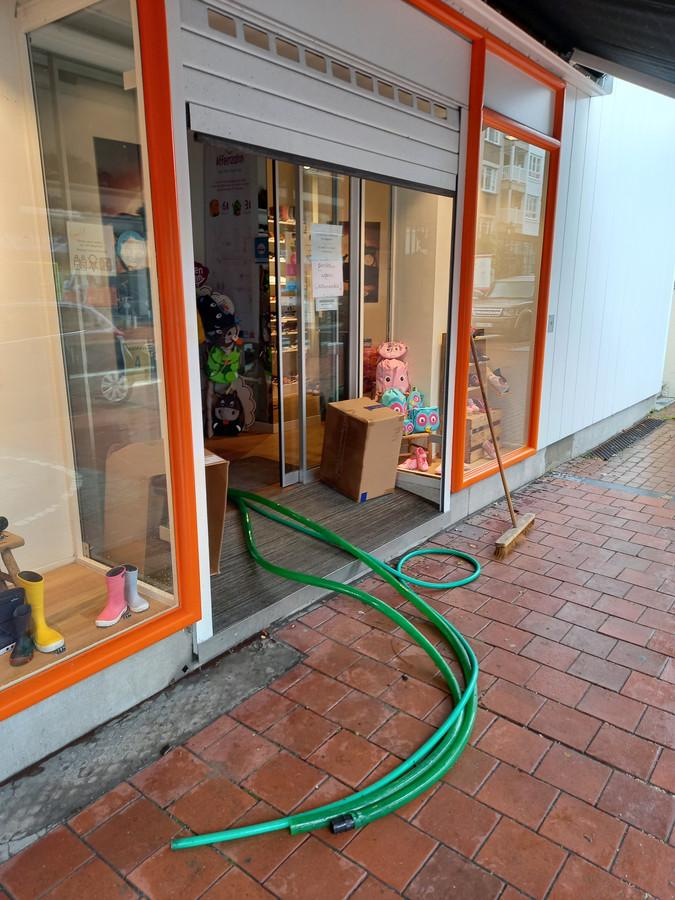 De pompen die schoenenzaak Ralet al sinds gisteren aanlegde om de voorziene wateroverlast te beperken. Schijnbaar met succes.