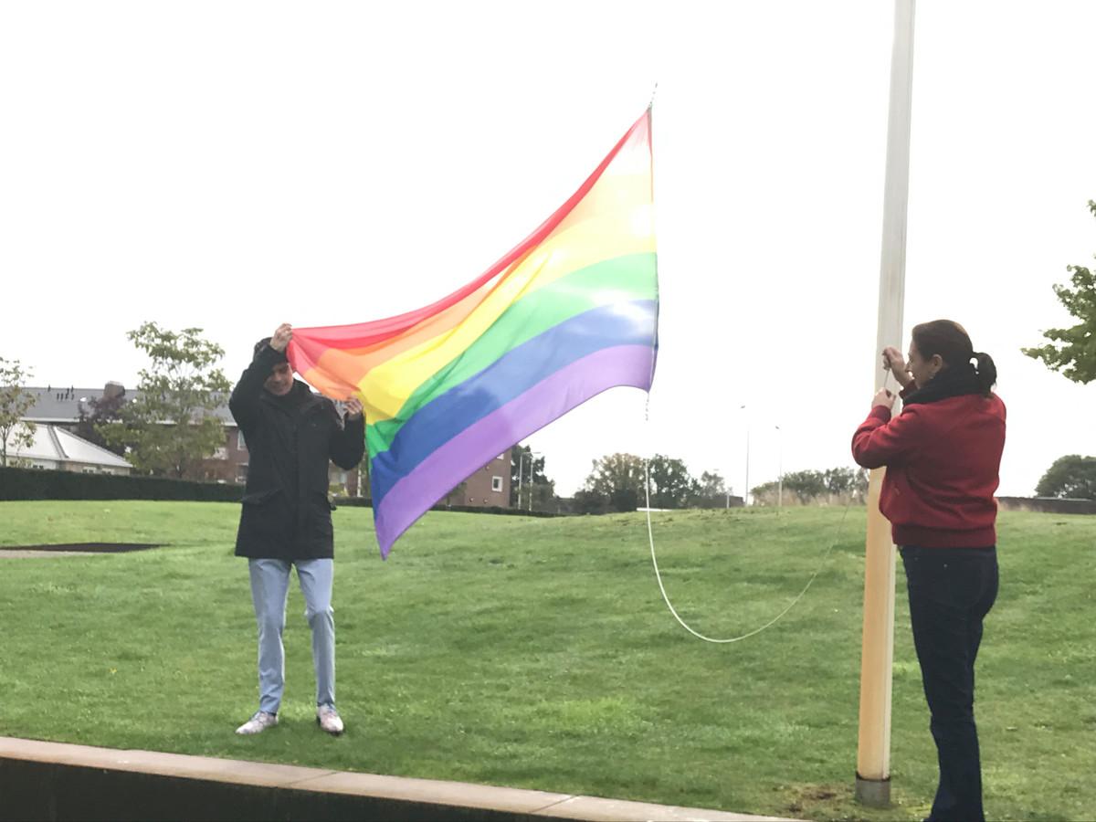 Raadslid Romano Boshove en wethouder Gitta Luiten hesen eerder dit jaar de regenboogvlag in Hardenberg.