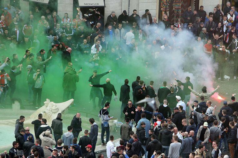 De aanhangers zouden zich onder invloed van alcohol hebben misdragen en met flessen en vuurwerk hebben gegooid naar de politie. Beeld epa