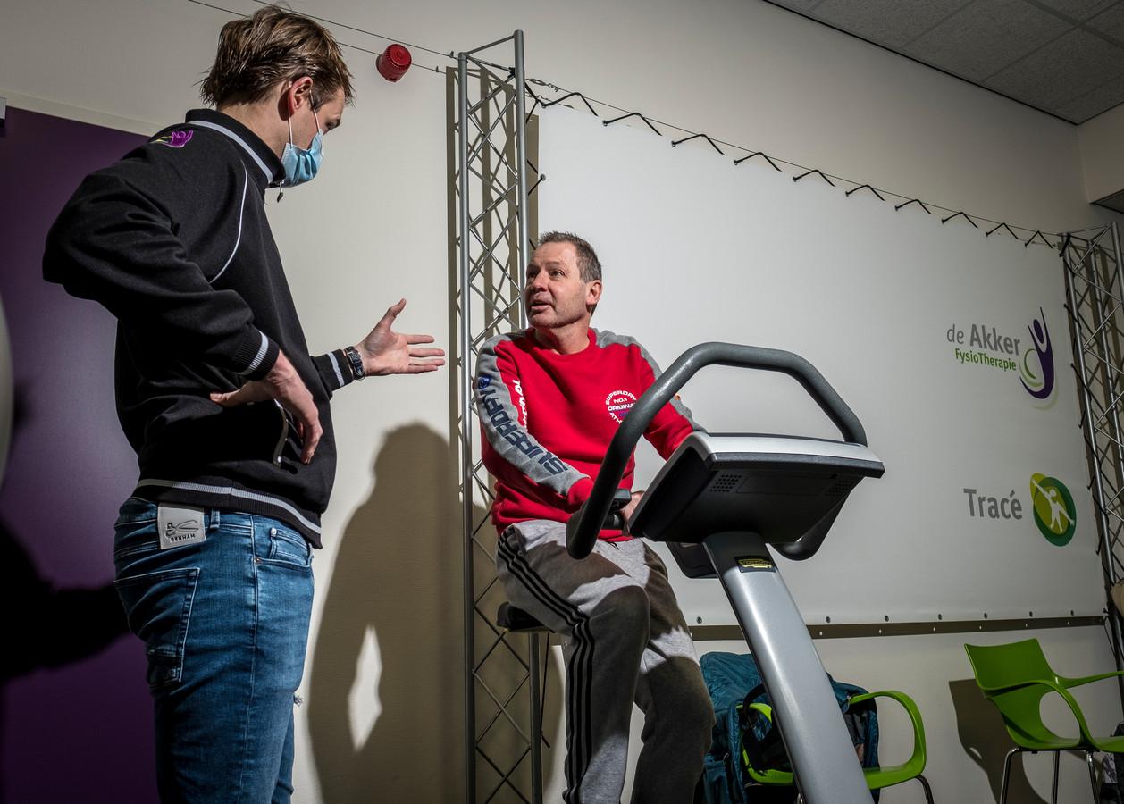 Fysiotherapeut Willem van Essen (links) van De Akker in Wezep. Hij komt nu nog toe aan revalidaties die niet in het teken staan van het coronavirus. Zoals hier met de heer Van Pijkeren. Wel ziet Van Essen steeds meer coronapatiënten in de praktijk.