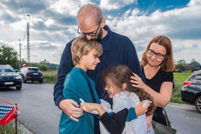 Sven staat nog wankel op de benen, maar die knuffel van de kinderen Kato en Robbe die doet immens deugd. De opluchting bij vrouw Ellen kan niet groter zijn.