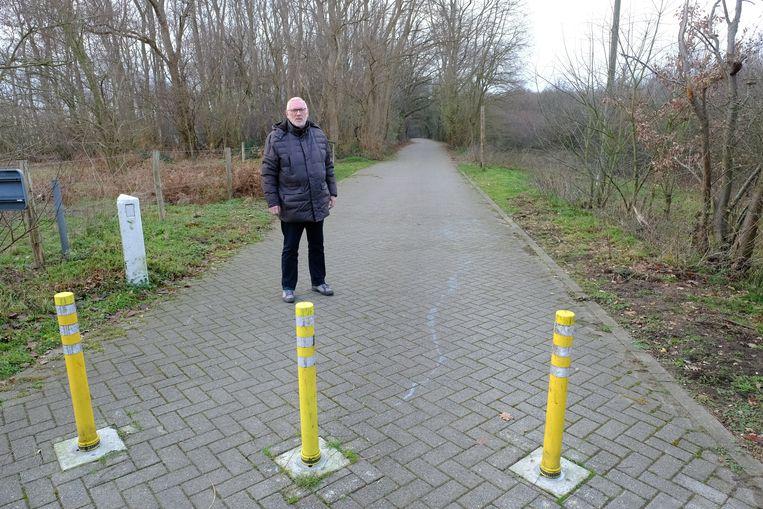 """Pol Lermytte bij het Muggenpad aan de Schotensesteenweg in Deurne. """"Deze fietsweg kan perfect onthard worden"""""""