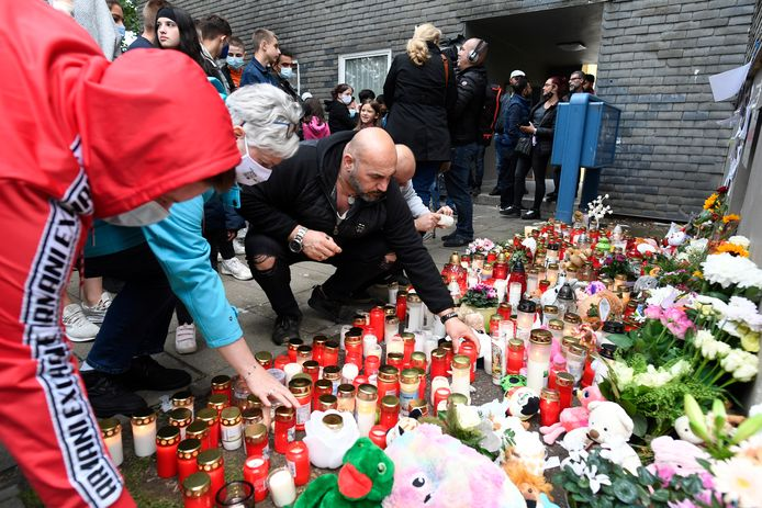 Voor het huis waar de lichamen zijn bloemen en knuffelbeesten neergelegd. Veel mensen laten een kaarsje branden.