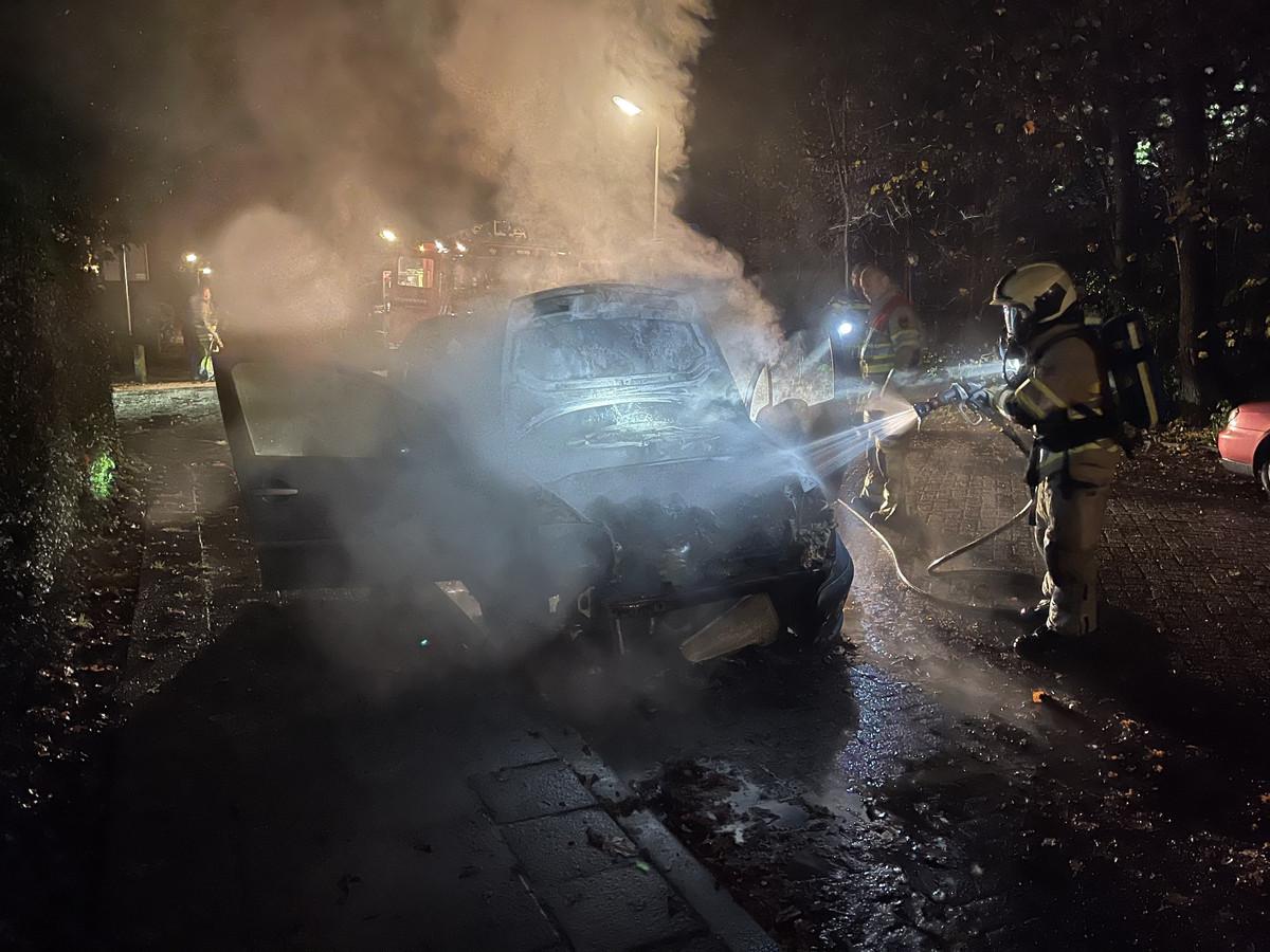 Een auto aan de Johan Wagenaarstraat in Amersfoort brandde volledig uit.