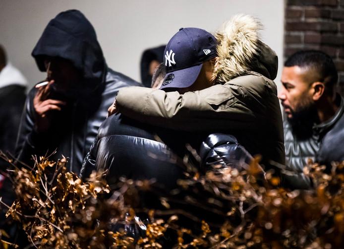 ROTTERDAM - Een gelaten sfeer heerst donderdagavond bij uitvaartcentrum Goetzee in Rotterdam. Tientallen mensen zijn daar afscheid komen nemen van de 32-jarige rapper Feis die in de vroege ochtend van nieuwjaarsdag werd doodgeschoten.