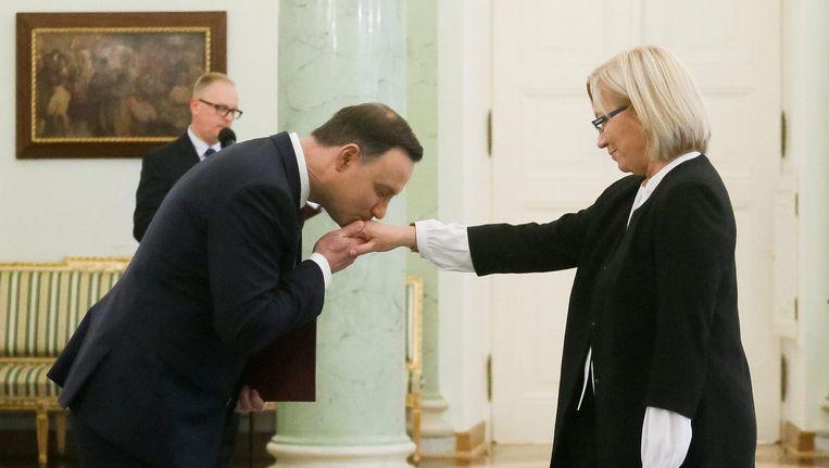 December 2016: De Poolse president Andrzej Duda kust de hand van rechter Julia Przylebska toen zij als nieuwe voorzitter van het Poolse Constitutioneel Tribunaal aangewezen werd. Beeld null