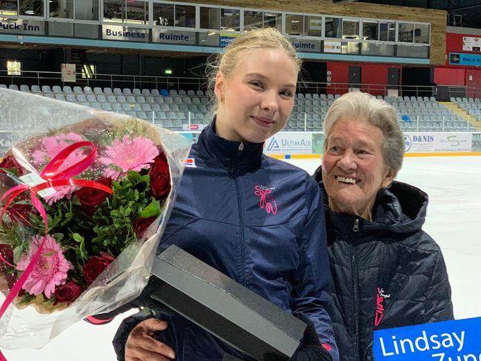 Sjoukje Dijkstra verrast Lindsay van Zundert in Den Haag met de naar haar vernoemde trofee, een bos bloemen en een cheque van 500 euro.
