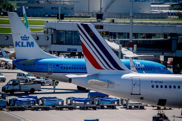 2018-05-07 13:18:05 SCHIPHOL - Vliegtuigen van Air France en KLM op luchthaven Schiphol. De koers van Air France-KLM kelderde flink op de beurs in Amsterdam na het aangekondigde vertrek van topman Jean-Marc Janaillac. ANP ROBIN UTRECHT