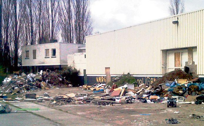 Deze dump dateert al van langer geleden. Voor deze bedrijfshal aan de Oude Kerkstraat trof de gemeente ooit een enorme berg illegaal gedumpt afval aan.