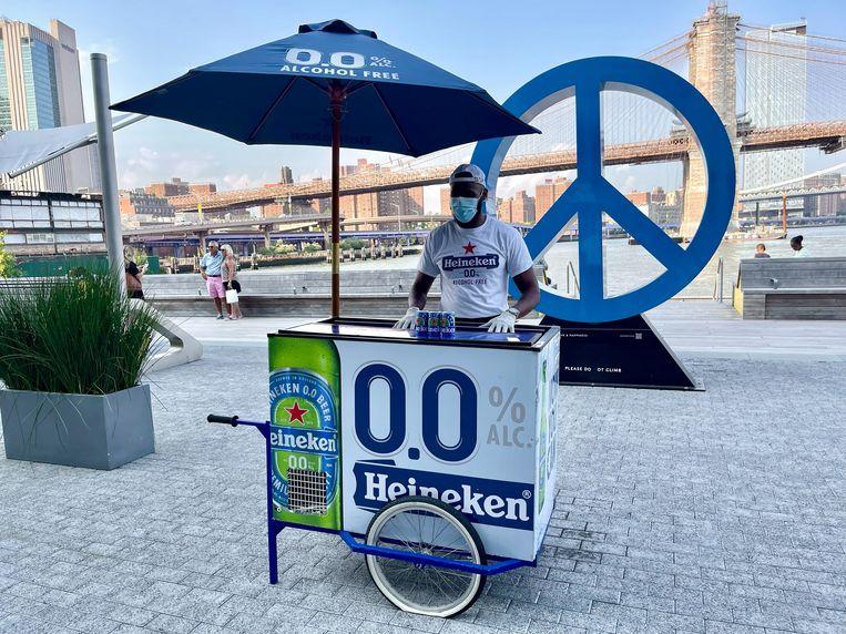 Heineken maakt op Pier 17 in het Havendistrict van New York reclame voor zijn alcoholvrije bier door gratis samples uit te delen.  Beeld REUTERS