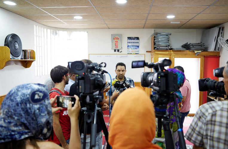 Moskee-voorzitter Ali Yassine staat de pers te woord. Beeld Xavier Torres-Bacchetta