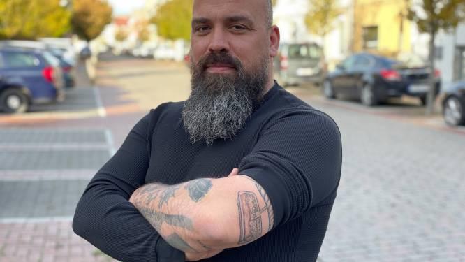 """Jochen laat frikandel speciaal op zijn arm tatoeëren en wint zo jaar lang gratis de frituursnack: """"Past goed bij mijn hamburger met meelwormen"""""""