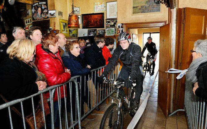 De Groenlose Marveldtocht ging dwars door het café, zoals hier in 2013.