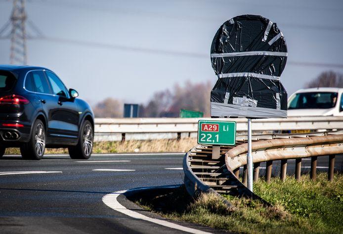 De nieuwe 100 km borden langs de A29 staan nog ingepakt.