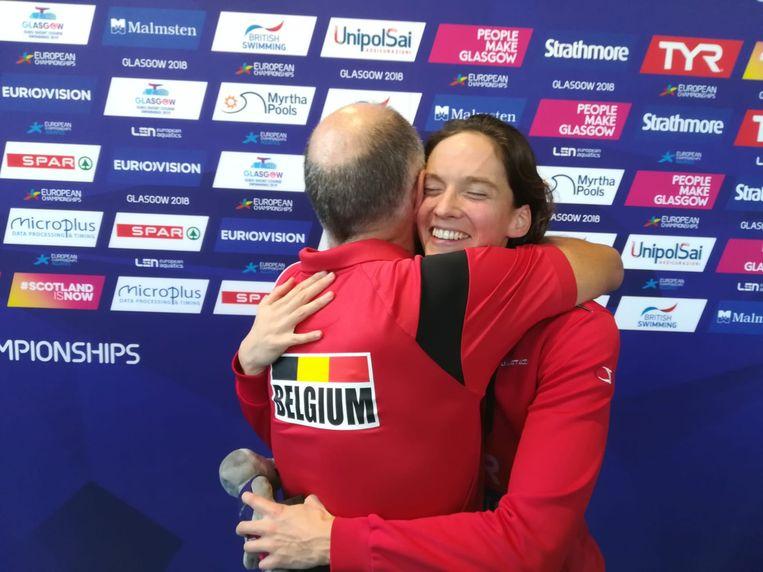 Innige omhelzing tussen Kimberly Buys en haar coach Ronald Gaastra.