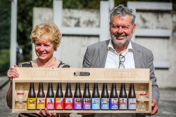 Brouwer Luc Vermeersch en zijn echtgenote Carine Vandekinderen met de nieuwe etiketten van De Leite.