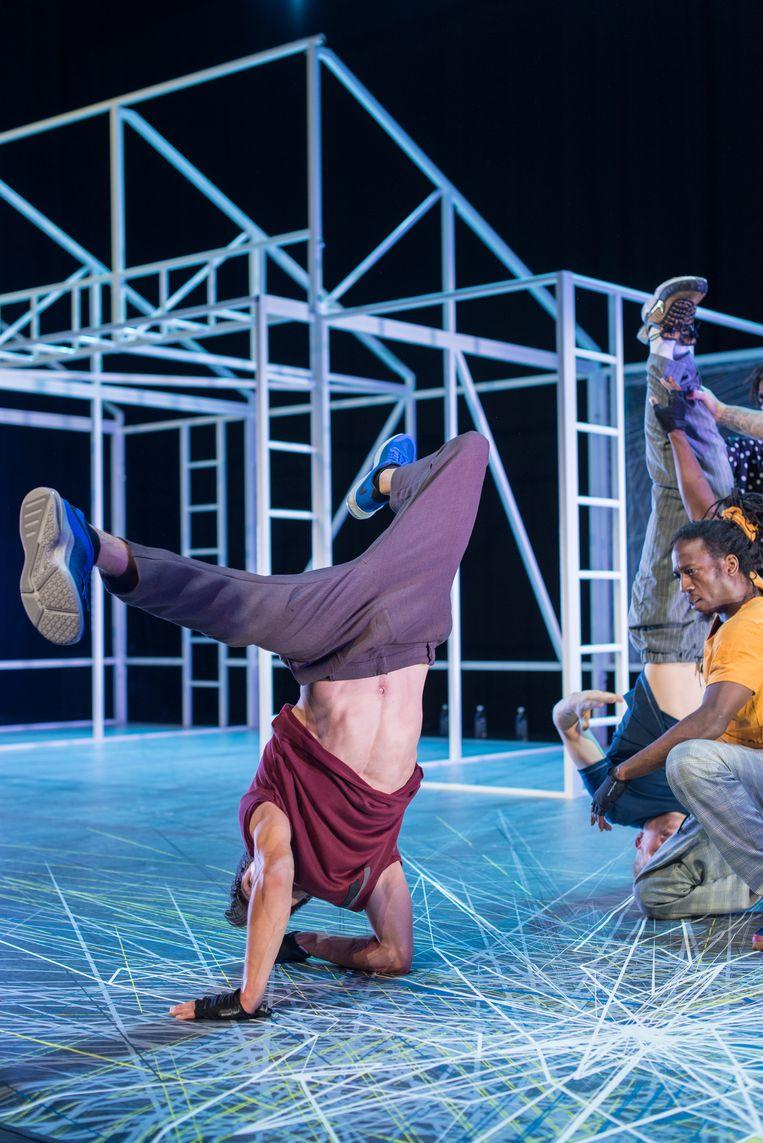 In B-boy troeven dansers elkaar af in een decor met een stellage die doet denken aan de speeltoestellen op een buurtpleintje. Beeld Guido Bosua