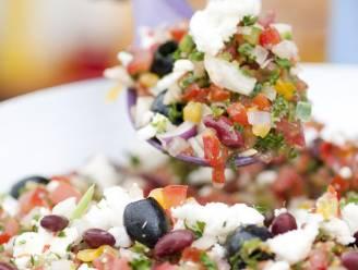 Geniet van een kleurige salsasalade met feta