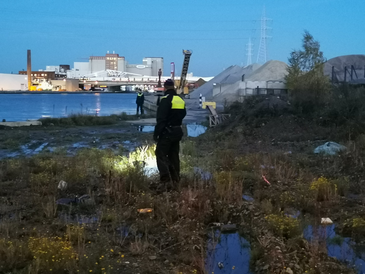 De politie zoekt in de buurt van het Lobroekdok.