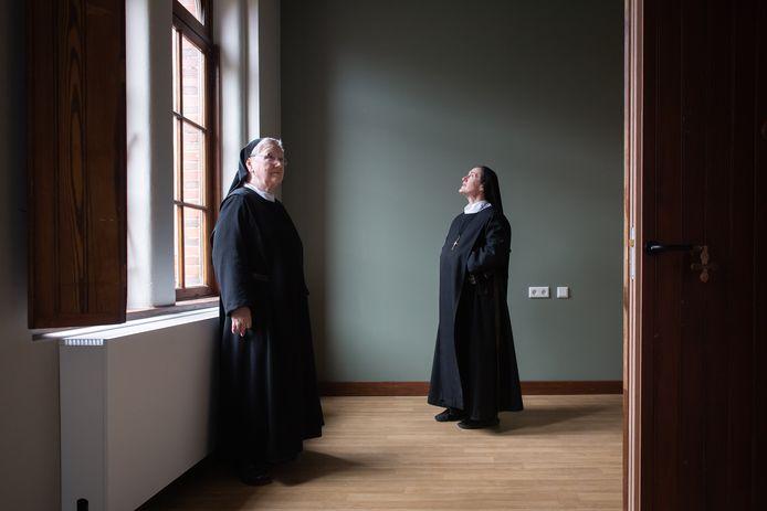 Zuster Lydia (L) en zuster Martha in een mock-up, een zogenaamde voorbeeldkamer met een  groene wand.