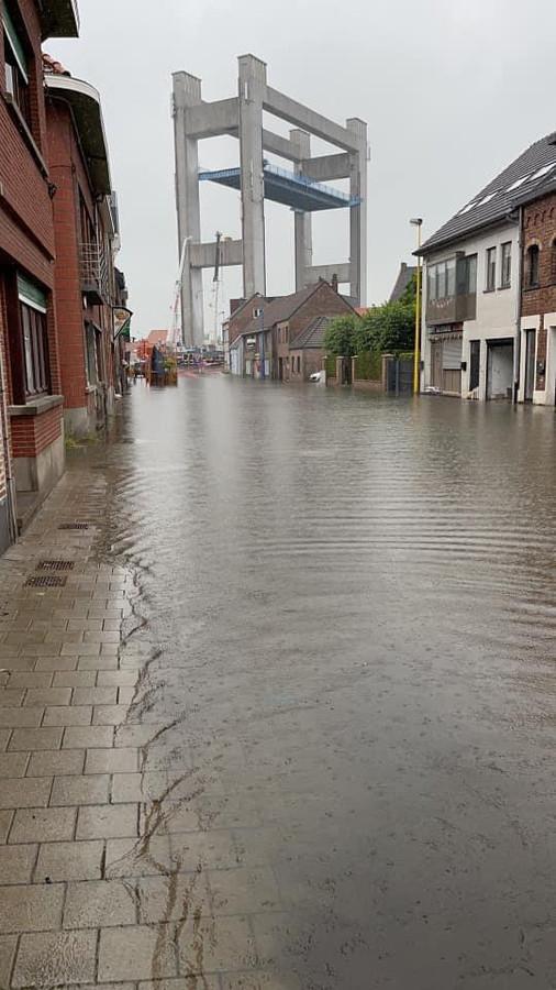 Ook de Kerkstraat in Humbeek liep donderdagnamiddag onder water.