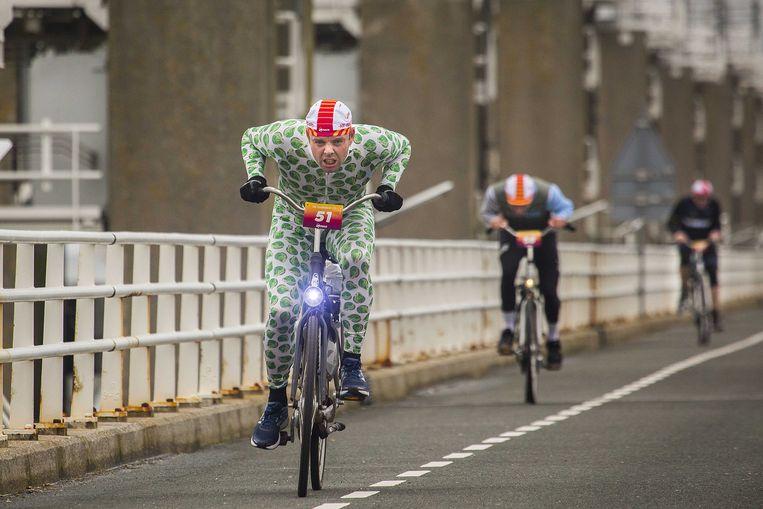 Een deelnemer in actie tijdens de zesde editie van het Nederlands Kampioenschap Tegenwindfietsen op de Oosterscheldekering. Beeld ANP