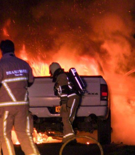 Auto vliegt volledig in brand op de Hoge Boekel in Enschede