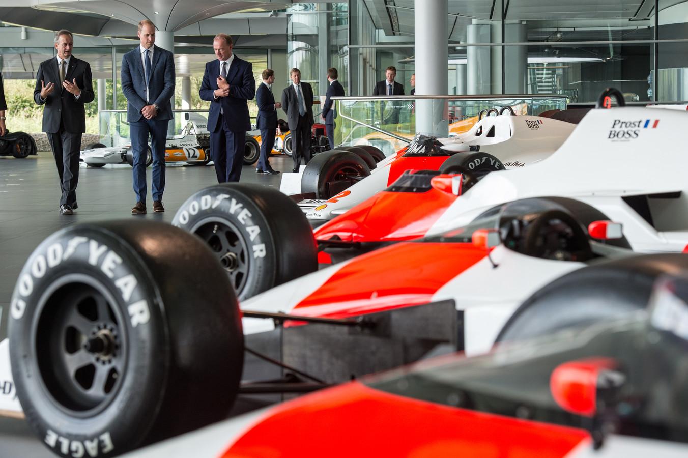 De McLarens van Alain Prost en Ayrton Senna staan opgesteld in Woking, waar het hoofdkwartier van McLaren ligt.