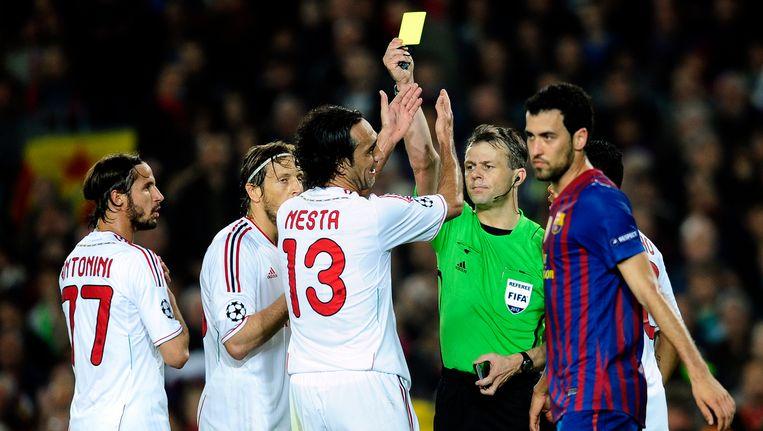 Björn Kuipers trekt geel voor Alessandro Nesta in de bewuste Barça - AC Milan uit 2012. Beeld AP