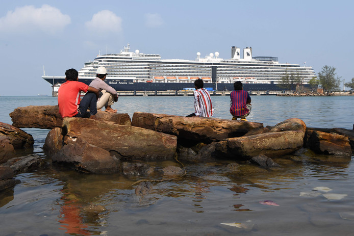 De Westerdam ligt vast voor de kust van Cambodja.