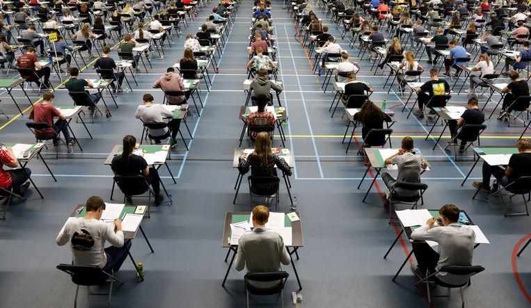 Scholieren van het Beatrix College doen eindexamen in sporthal Dongewijk in Tilburg. Beeld Hollandse Hoogte /  ANP