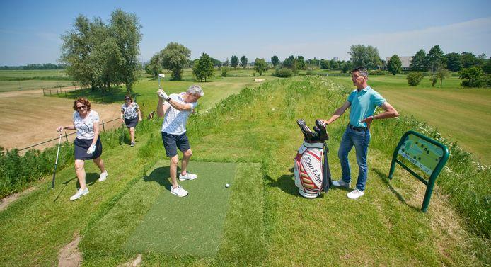 Golfers testen de vernieuwde golfbaan uit. Rechts naast de golftas eigenaar Jan van Erp. Fotograaf: Van Assendelft/Jeroen Appels
