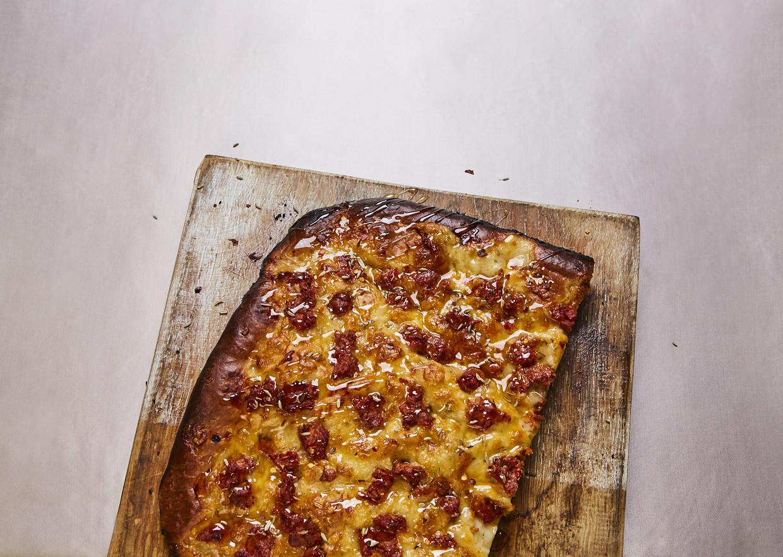 Focaccia met honing, mozzarella & merguez. Beeld Oof Verschuren