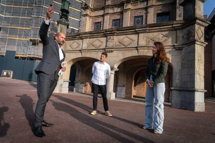 Burgemeester Ahmed Marcouch met mensen van Vereniging Eusebiuskwartier bij het Duivelshuis, ooit onderkomen van Maarten van Rossem.