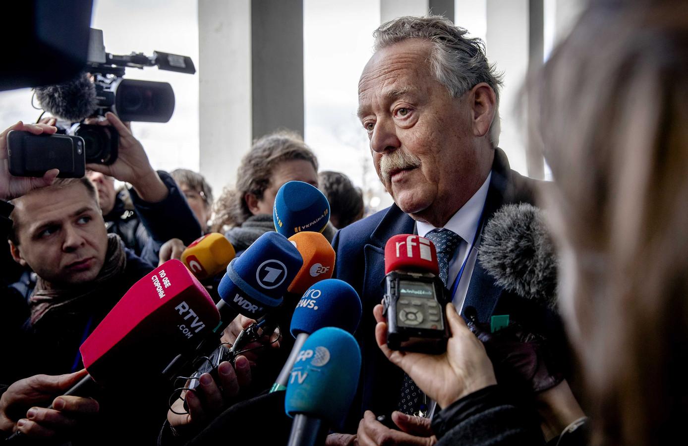Piet Ploeg, nabestaande en voorzitter van Stichting Vliegramp MH17, staat de pers te woord tijdens een schorsing van het internationale MH17-proces