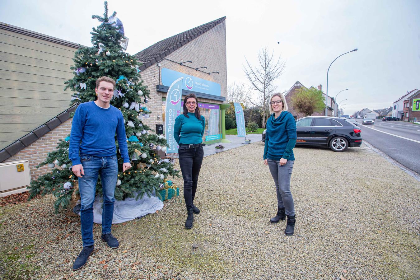 Ilona Bewaert (centraal) met medewerkers Tineke De Roover en Arne Verhoeven van Immo Talenco.