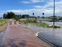 De leidingbreuk zorgde ervoor dat de fietstunnel (links achter in beeld) van Ellecom naar Dieren vol water kwam te staan.