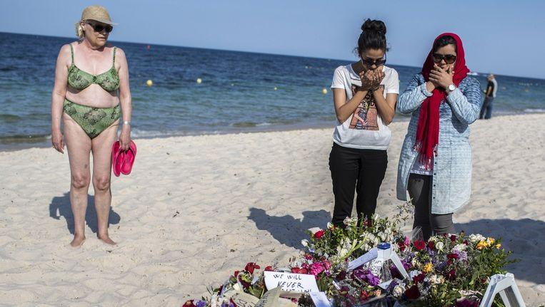 Drie vrouwen treuren bij bloemen die zijn neergelegd ter herdenking van de slachtoffers van de terreuraanslag. Beeld Reuters