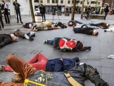 Schrik niet, hier vallen in Den Haag om 12.00 uur actievoerders 'dood' neer