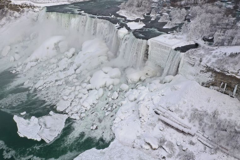 An aerial photo taken over the American side shows water flowing around ice due to subzero temperatures in Niagara Falls, New York, U.S. January 22, 2019.  REUTERS/Dronebase  MANDATORY CREDIT Beeld REUTERS