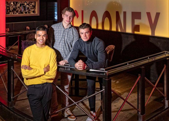 Joey Graig (20) (geel shirt), Joe Bogaart (19)  en zijn broer Mitch (18) in Clooney aan het Stadhuisplein.