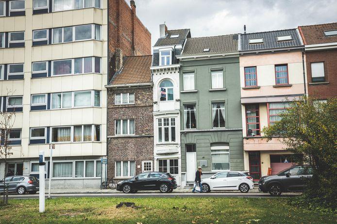 Geprangd tussen twee andere woningen op de Martelaarslaan: het smalste huis van Gent.