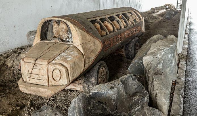 De ecotunnel is leuk ingericht. Hier zie je een houten bus, bestuurd door een vos en vol diertjes